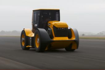 Ez a rekorder traktor takarítana az autópálya belső sávjában