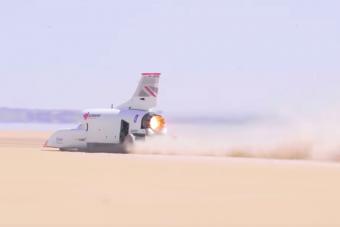 Ez a jármű félgázon megy 800 km/órával