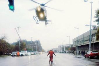 Mentősök zárták le az Üllői utat, ahol egy helikopter landolt
