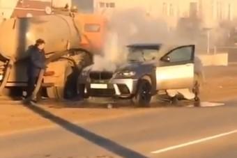 Szennyvízzel oltották el a füstölő BMW-t