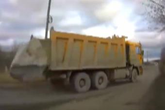 Többtonnás sziklát hagyott el a teherautó, simán továbbhajtott