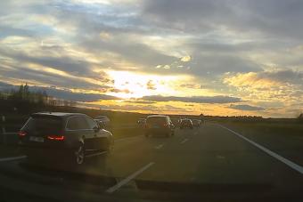 Ebben a helyzetben épeszű döntés jobbról előzni autópályán?