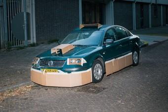 Kartonpapírral tuningolja idegenek autóját a fotós