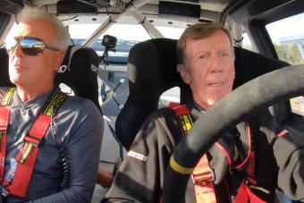 Közel félmillióan látták, ahogy a 72 éves öregúr egy szintén öreg Audit vezet