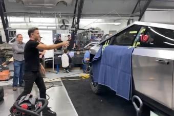 Azt hiszem, van egy kis fejlesztési munkánk a szériagyártás előtt - mondta Elon Musk
