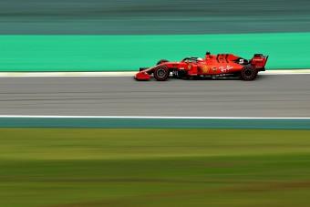 F1: Nem fértek a bőrükbe a pilóták, piros zászlóval ért véget az edzés