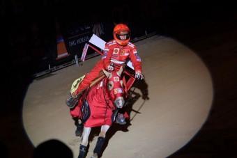 Schumacher lóversenyen indult - fotó