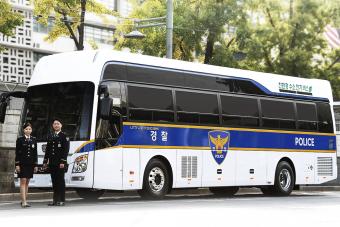 Büszkén feszítenek az egyenruhások ennél a busznál