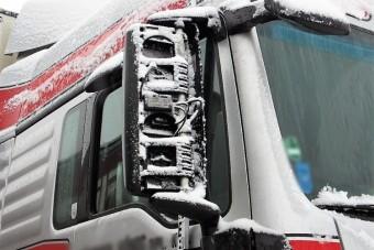 Szétverte a másik kamionos tükrét, mert felébresztették