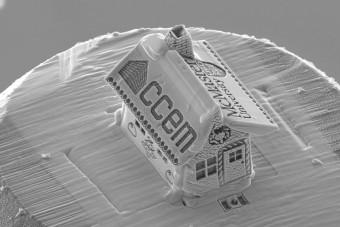 Csak mikroszkóppal látni a világ legkisebb mézeskalácsházát
