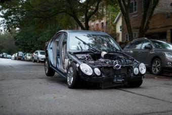 Ez történik az autónkkal, ha fékezés nélkül ráhajtunk a fekvőrendőrre