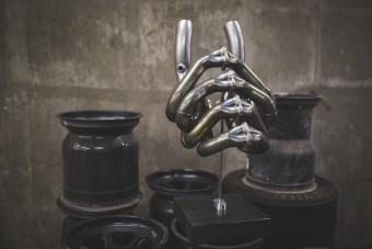 Forma-1-es gépekből készít szobrokat egy férfi