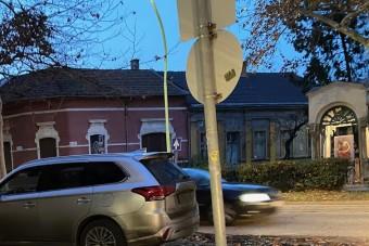 Mára is jutott egy szabálytalanul parkoló autós