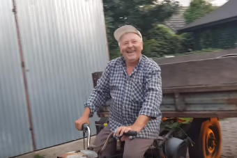 Ismét győzött a kelet-európai furfang: hulladékból épített kerti traktort az idős bácsi