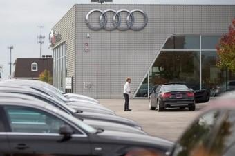 Hatalmas kárt csinált egy hároméves gyerek az Audi szalonban
