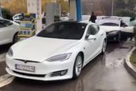 Tesla töltőket borított lángba egy autós 2