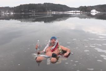Jeges vízben vodkát nyakalva kíván kellemes ünnepeket a legtökösebb videós