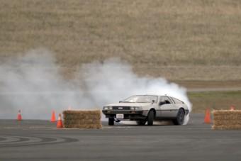 Semmi nem visz el annyira a jövőbe, mint az elektromos, önvezető, driftelő DeLorean!