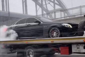Kemény havazás közben, a tréleren égette a Mercedes gumiját, mintha nem lenne holnap