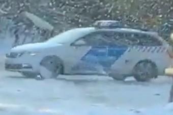 Egy rendőrségi Škodával játszottak a hóban Rózsadombon, naná, hogy lebuktak
