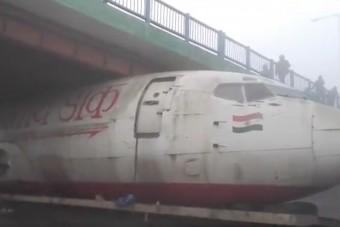 Híd alá szorult egy repülőgép