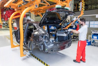 Történelem Győrben, már gyártják a hibrid Audikat