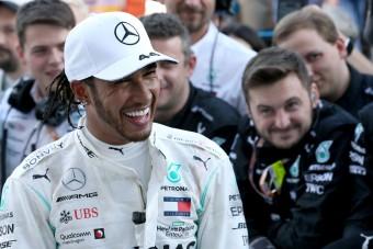 F1: Hamilton még két évet vállal