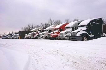 Rejtélyes figura segített a hóban rekedt kamionosokon