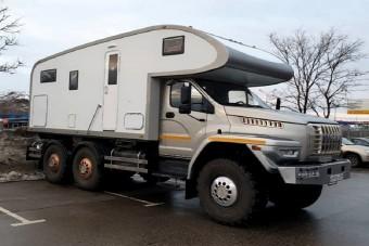Mindenen átgázolós lakóteherautó Oroszországból