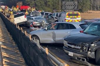 Hatalmas balesetet okozott a köd, 69 autó tört össze