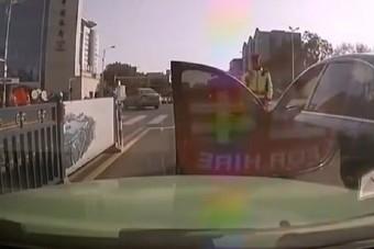Trükkösen akarta elkerülni a dugót a sofőr, az ajtó bánta