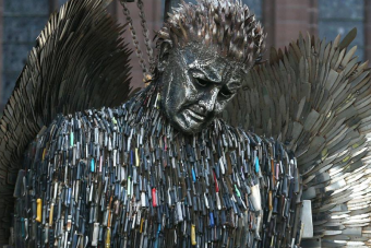 Százezer késből épült angyalszobor Angliában
