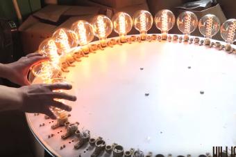 Így készülnek a menő kézműves vintage izzók