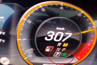 Ez a megpiszkált Mercedes 300 km/óra felett váltja el a nyolcadikat