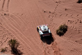 Sainz komoly előnyt szerzett a Dakaron