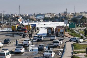 Így állt meg az autók között az iráni repülőgép