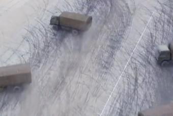 Eszement mutatványokra képesek teherautóval a kínai katonák