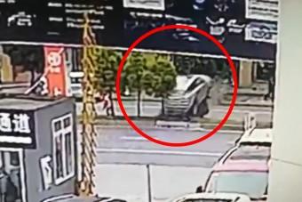 10 másodperc alatt törte össze új autóját