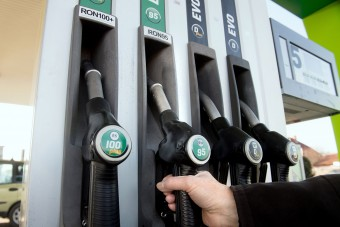 Ismét zuhan a benzin ára a hazai kutakon