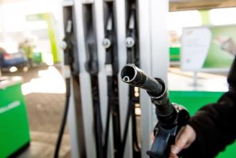 Csökken a benzin ára a hazai kutakon