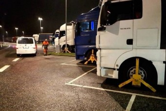 Dániában kerékbilincset raktak a kamionokra