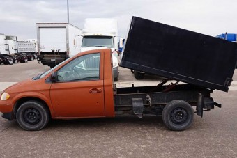 Családi kisbuszból csináltak billenőplatós teherautót