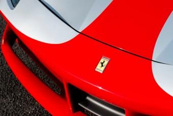 Nem régi, mégis ritka ez a piros orrú Ferrari