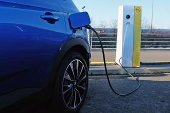 Újabb százmilliókat ad az állam villanyautókra