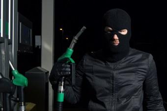 Több száz liter benzint lopott egy autós