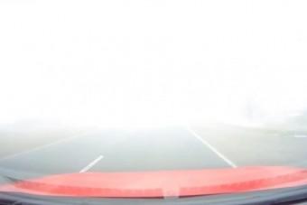 Ezt az autóst még az sem riasztotta vissza, hogy az orra hegyéig sem lát