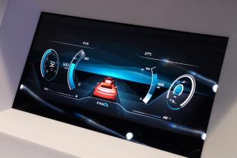 A Bosch emeli a tétet, a digitális után itt a 3D-s műszeregység