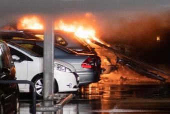 Autók százai égtek porrá egy norvég reptér parkolóházában