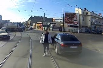 Nem sokat variált a villamosvezető, óvatosan eltakarította a szabálytalan autóst a sínekről