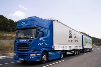 Extra hosszú kamionokkal szállítják a Seat alkatrészeket